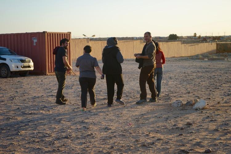 Los cooperantes  dirigiéndose a la salida de Protocolo