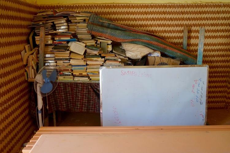 El comedor con los libros de la biblioteca en un rincón.