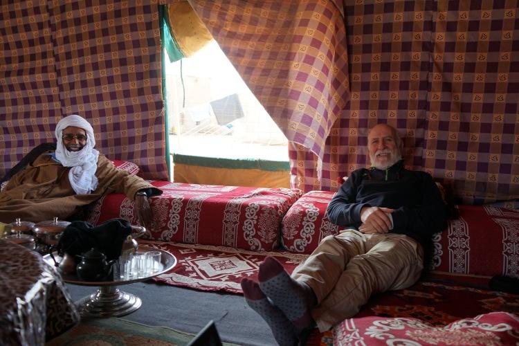 Dos invitados en la haima de Auserd