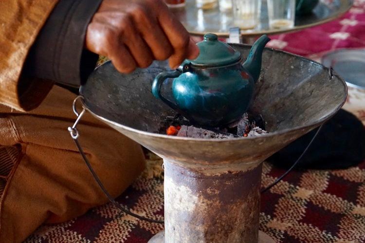 Nuestro anfitrión preparándonos el té de la sobremesa